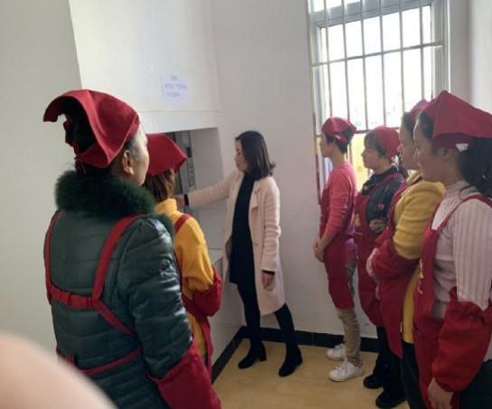 兴义市向阳路中心幼儿园民航分园开展送餐电梯安全操作培训