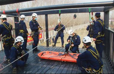 山岳救援:垂直崖壁救援及斜向输送救援