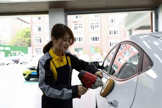 学汽车技术的女生 毕业后竟如此抢手!