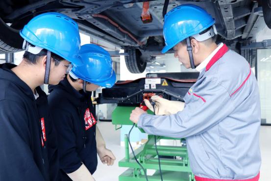初中毕业学保时捷、智能网联等高端汽车维修技术,就读上海博世汽修学校