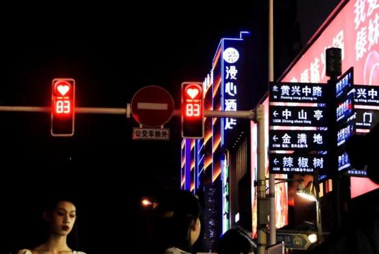 为什么强烈推荐你来长沙,因为长沙的七夕,红绿灯都是爱你的形状!