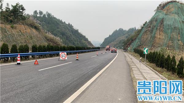 一小轿车在银百高速遵义湄潭段发生事故
