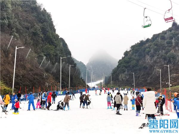 """在六盘水梅花山国际滑雪场,游客邂逅""""冰雪奇缘"""""""