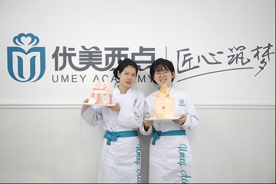 高三毕业后,姐妹两人结伴学西点,烘焙梦想,无悔青春!